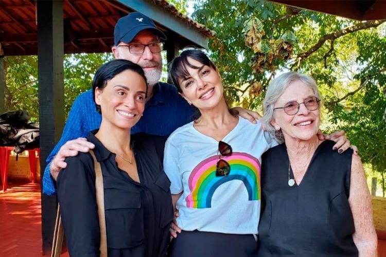 """Lis Luciddi, camisa branca, integra o elenco principal do filme """"O Anel de Eva"""" - Foto: Divulgação"""