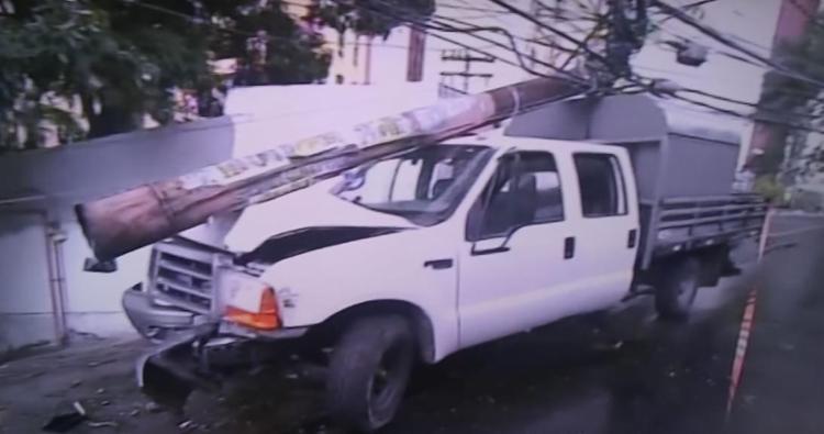 Queda do poste provocou a queda da energia na região - Foto: Reprodução I TV Record Bahia