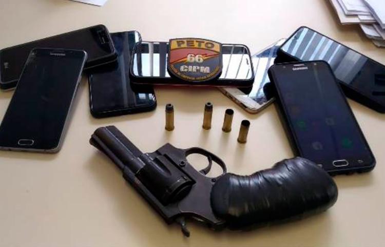 Policiais apreenderam com os suspeitos um revólver calibre 38 e celulares roubados - Foto: Reprodução | Acorda Cidade