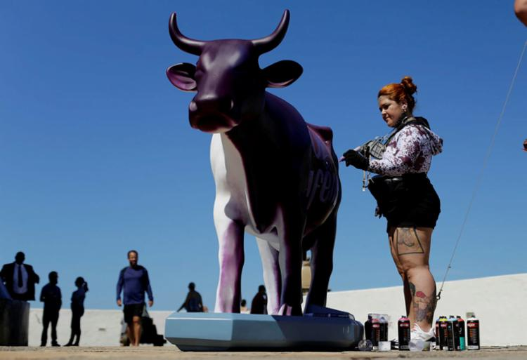 Artista baiana, Sita Katia, grafitou a primeira vaca ao vivo - Foto: Raul spinassé | Ag. A TARDE