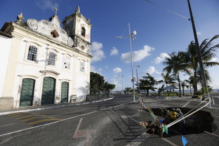 Cratera aberta na calçada em frente à igreja da Penha, na Ribeira - Foto: Rafael Martins l Ag. A TARDE