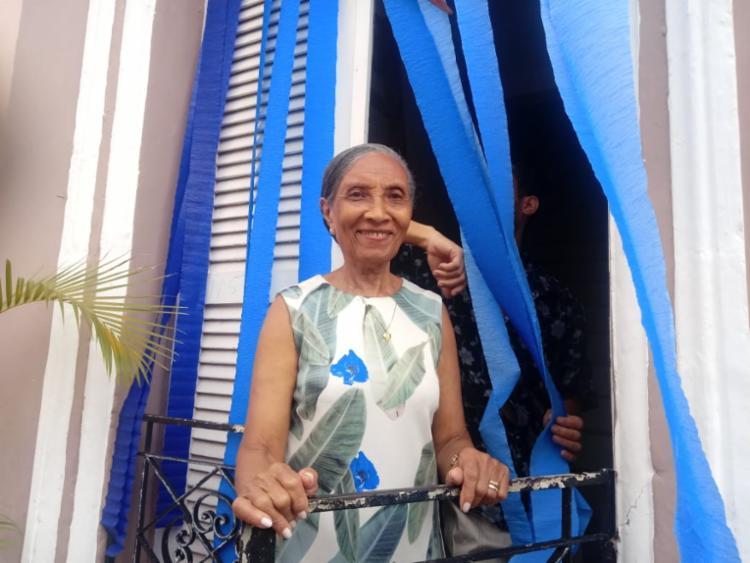 Dona Maria e sua família enfeitam a fachada de sua casa há 30 anos