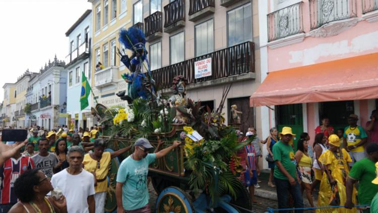 Imagens do caboclo e da cabocla são levadas durante o cortejo - Foto: Rafael Martins   Ag. A TARDE