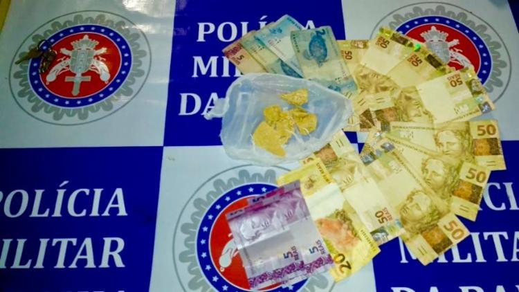 Policiais apreenderam seis pedras de crack e uma quantia de R$ 443 - Foto: Divulgação | SSP