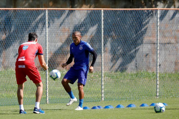 Se recuperando de uma entorse no joelho, Nino foi a campo e treinou com bola - Foto: Felipe Oliveira | EC Bahia
