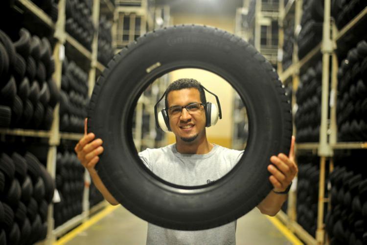 Deficiente auditivo, Rafael inspeciona pneus na continental - Foto: Felipe Iruatã I Ag. A Tarde