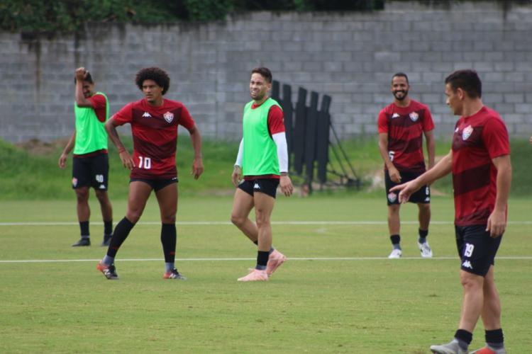 Apresentado, Baraka (centro) foi relacionado para o jogo desta terça-feira, 9 - Foto: Divulgação | EC Vitória