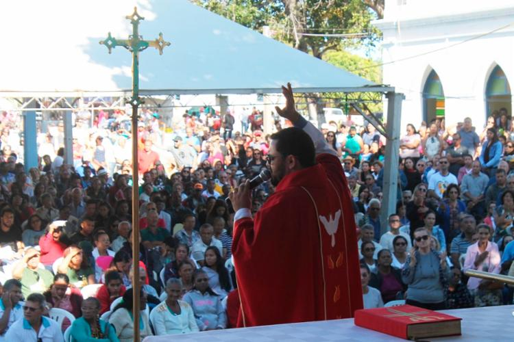 Milhares de devotos participaram das missas depois da caminhada - Foto: Miriam Hermes | Ag. A TARDE