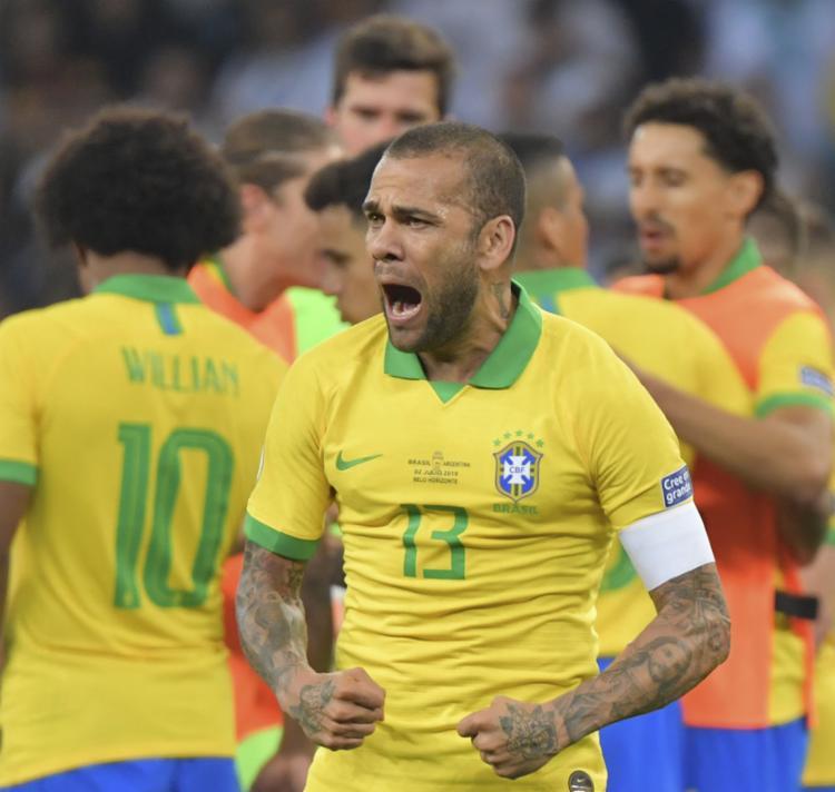 Capitão da seleção brasileira pela primeira vez, Daniel Alves terá a oportunidade no domingo de levantar o troféu do título - Foto: Luis Acosta | AFP