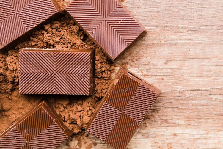 Quem não resiste ao chocolate deve ficar atento aos benefícios e malefícios do consumo - Foto: Reprodução | Freepik