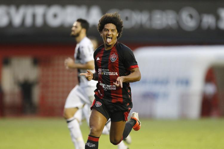 Gedoz, autor do gol da virada, foi um dos destaques da partida no Barradão - Foto: Raul Spinassé l Ag. A TARDE