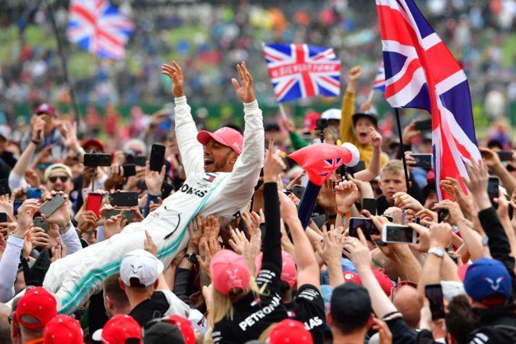 Esta foi a 80ª vitória do britânico na principal categoria do automobilismo - Foto: Andrej Isakovic l AFP