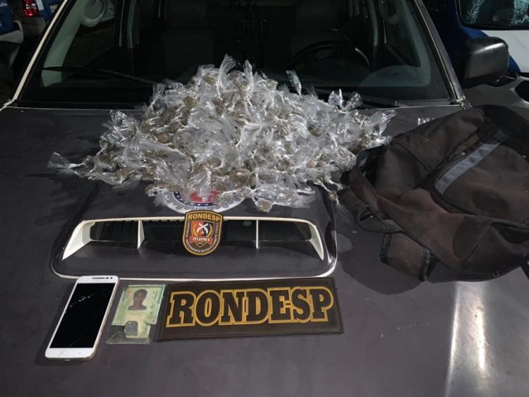 Cerca de 1300 buchas de maconha e um aparelho celular foram encontrados com o suspeito - Foto: Divulgação | SSP