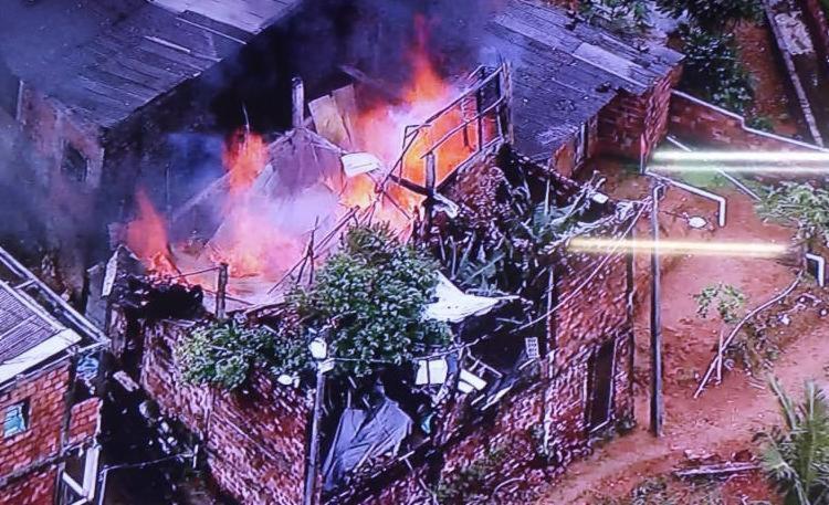 Bombeiros trabalham para debelar os fogo - Foto: Reprodução I TV Record Bahia