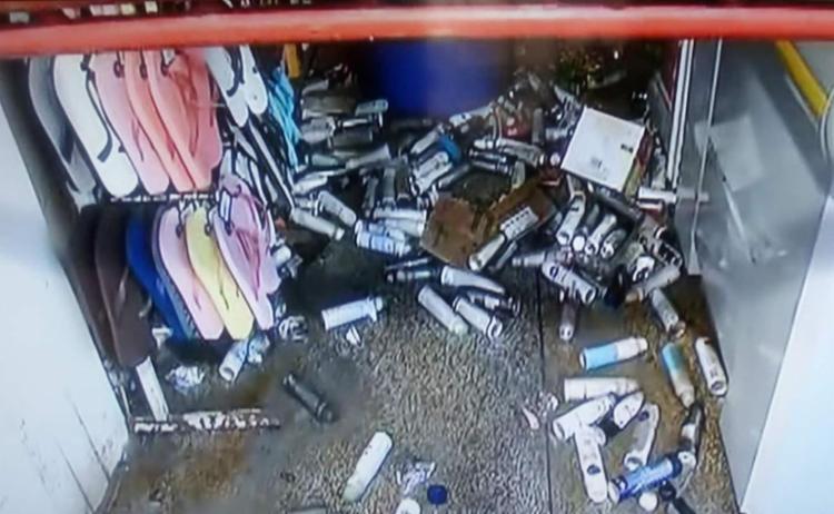 Chamas fora debeladas antes de atingir a frente do comércio - Foto: Reprodução I Rede Bahia