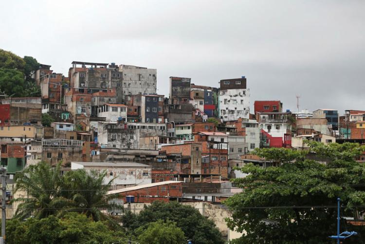 Incêndio aconteceu esta manhã no bairro de Cosme de Farias - Foto: Joá Souza I Ag. A TARDE