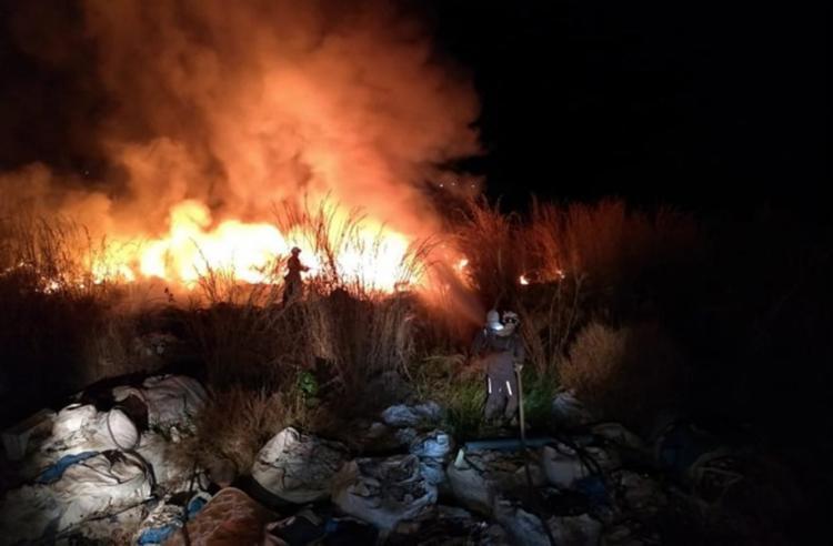Grande quantidade de plástico no local pode ter ajudado a propagar as chamas - Foto: Reprodução | Gazeta 5