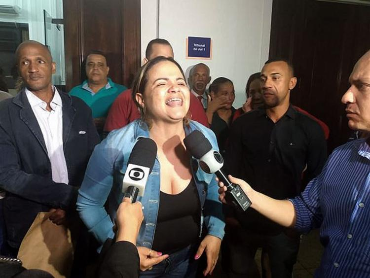 Mãe da vítima, Lívia Tito aprovou a condenação - Foto: Leo Moreira l Ag. A TARDE