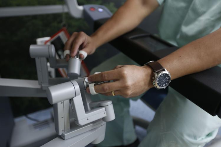 Máquina oferece visão tridimensional, e é ampliada em dez vezes se comparada ao método tradicional - Foto: Rafael Martins l Ag. A TARDE