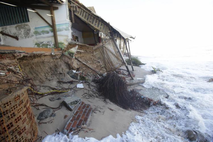 A maré avançou mais que o esperado e com muita força causando muito prejuízo à comunidade - Foto: Adilton Venegeroles l Ag. A TARDE