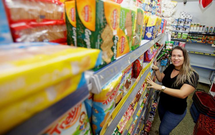 Cátia Santana, dona de mercadinho, diz que as grandes redes dominam - Foto: Joá Souza | Ag. A TARDE