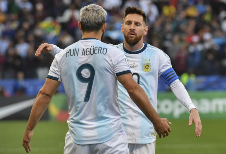 Com assistência de Messi, Agüero abriu o caminho para a vitória dos hermanos - Foto: Nelson Almeida l AFP