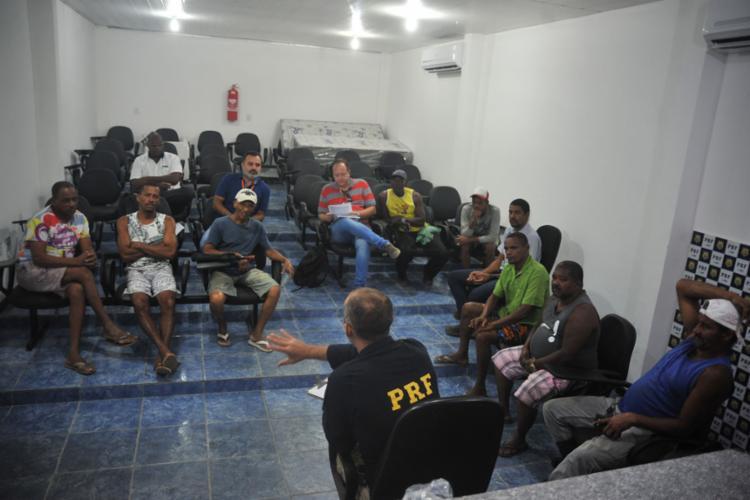 Em reunião, moradores falaram sobre pavimento irregular na via marginal da região - Foto: Felipe Iruatã l Ag. A TARDE