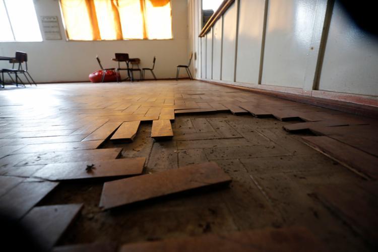 Parte do piso da sala de leitura da biblioteca Maria Feijó está solta