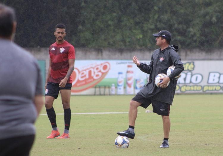 O treinador vai precisar escalar dois reservas para formar a dupla defensiva. - Foto: Divulgação l EC Vitória