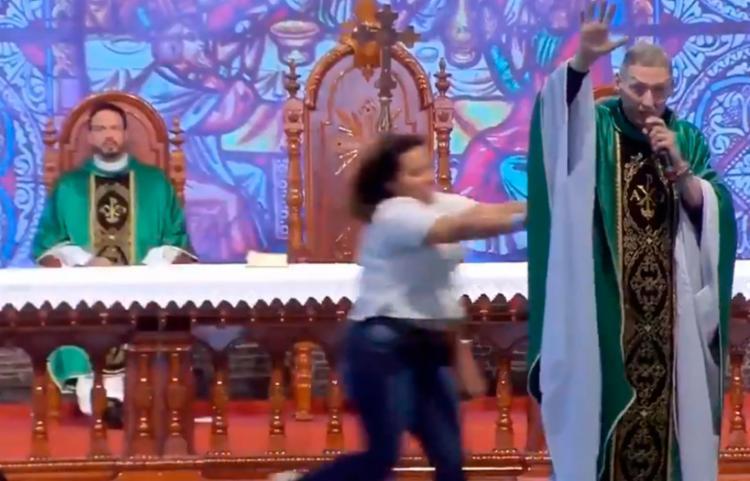 Padre Marcelo Rossi tranquilizava os fãs após ter sido empurrado, afirmando que estava
