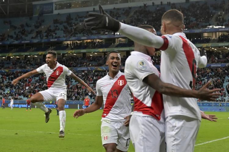 Os peruanos superaram início de Copa ruim e surpreenderam segundo favorito, com 3 a 0 sobre os chilenos - Foto: Raul Arboleda l AFP