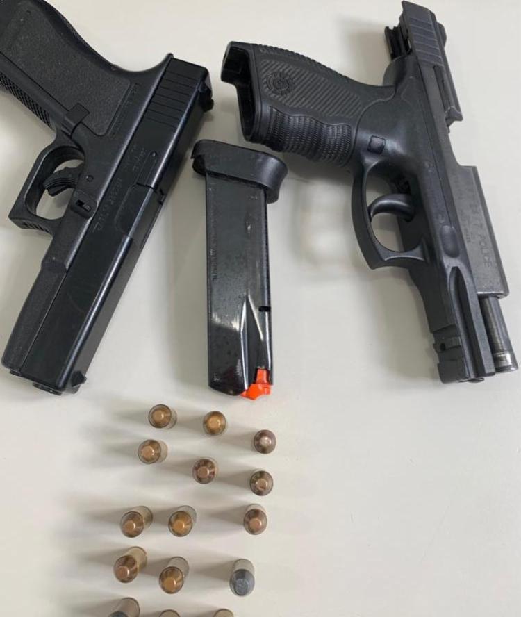 Além da arma, os policiais encontraram na casa do suspeito, munições e um simulacro de pistola - Foto: Divulgação | Polícia Civil