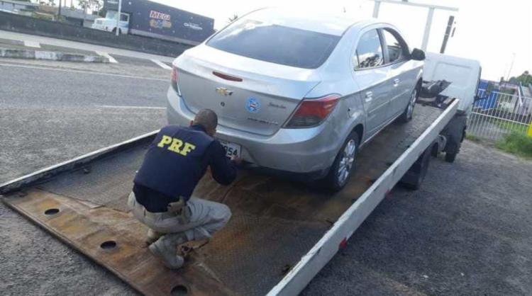 As placas originais, que possuem registro de roubo, haviam sido trocadas para burlar a fiscalização - Foto: Divulgação | PRF
