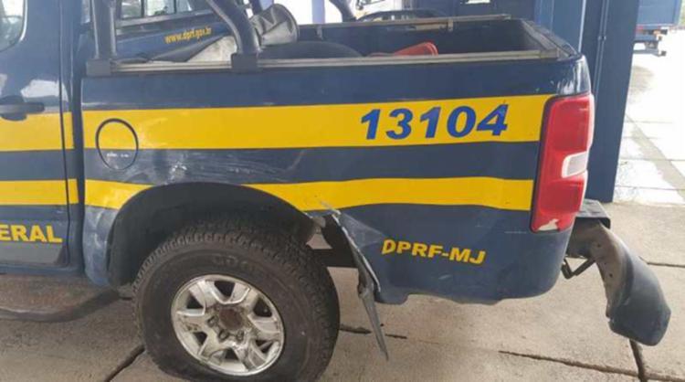 A equipe da PRF realizava patrulhamento na rodovia quando teve o veículo atingido por uma caminhonete - Foto: Divulgação | PRF-BA