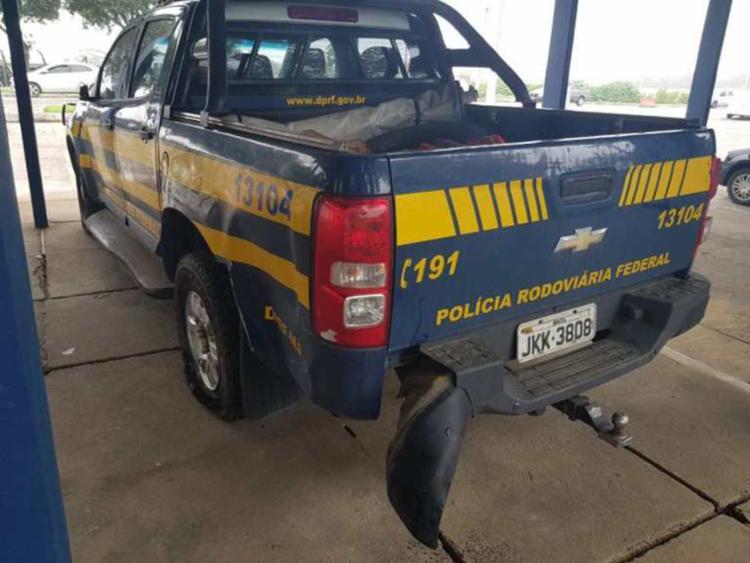 Viatura teve danos na porta traseira, carroceria, e um dos pneus estourados