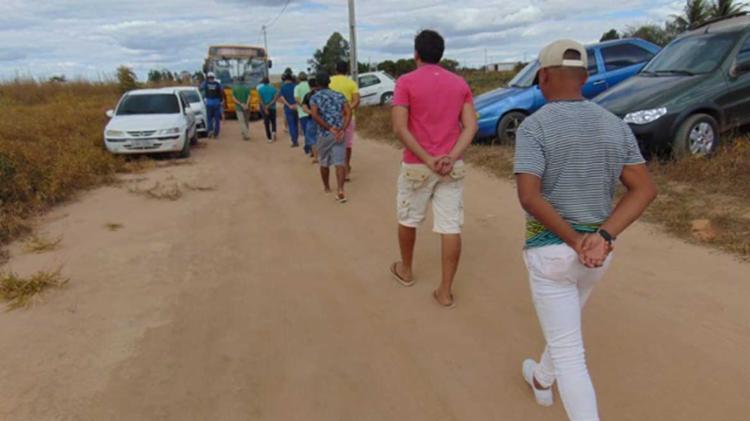 Suspeitos foram levados de ônibus até a delegacia da cidade, onde prestaram depoimento - Foto: Reprodução | Mais Oeste