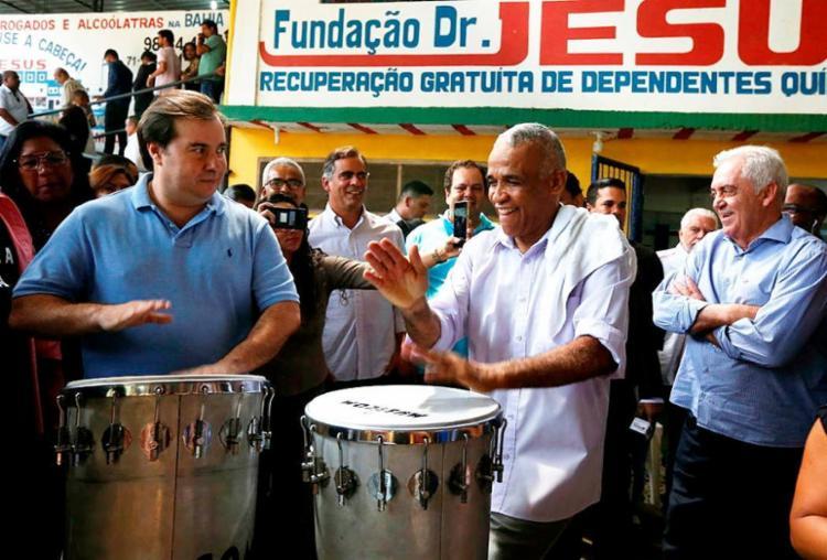 No embalo de Isidório, Rodrigo Maia bateu tambor - Foto: Rafael Martins | Ag. A TARDE