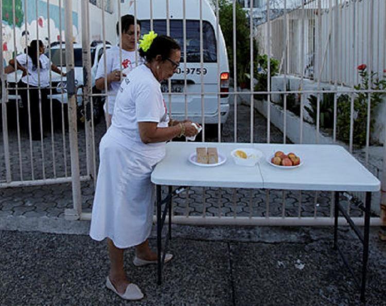 Após roubo do equipamento, instituição colocou mesa para receber doações - Foto: Adilton Venegeroles | Ag. A Tarde