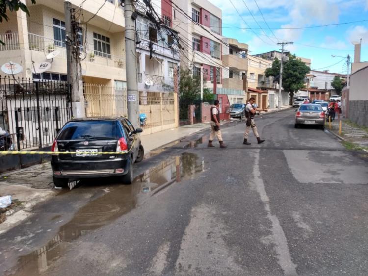 Policiais militares isolaram a área para aguardar a chegada da polícia técnica - Foto: Leo Moreira | Ag. A TARDE