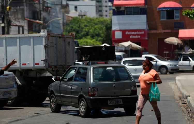 Os veículos particulares lideram as denúncias na capital baiana - Foto: Raul Spinassé | Ag. A Tarde