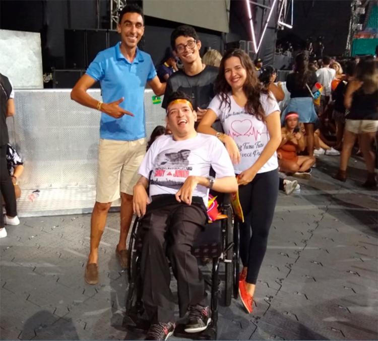Fã da dupla, Ernandes Vieira (ao centro) foi comemorar o aniversário de 44 anos no show