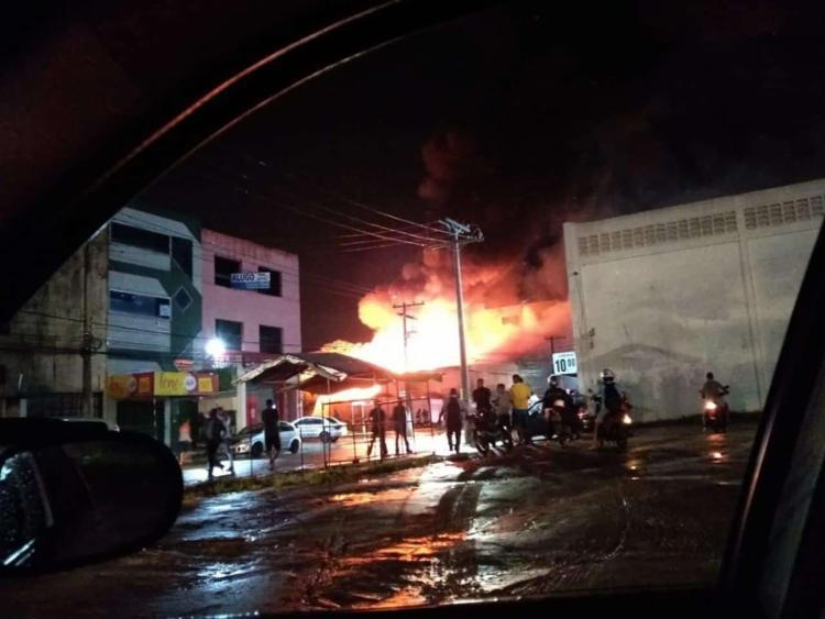 Parte do teto e da lateral da loja desabaram - Foto: Reprodução I Simões Filho Online