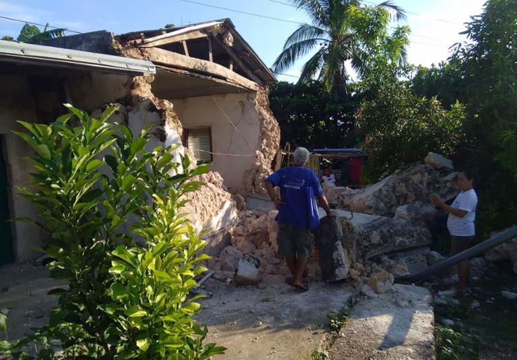 Moradores contabilizam os estragos causados pelo tremor - Foto: AFP