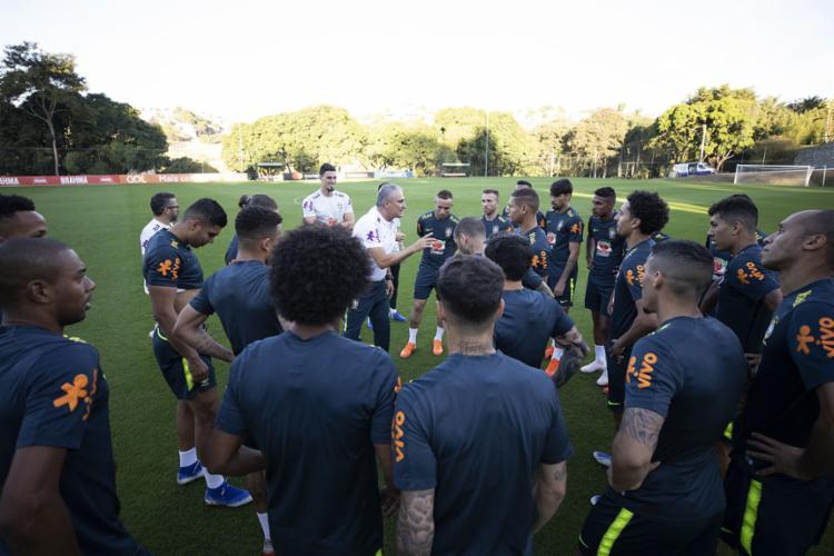 Tite (centro) justificou o mistério antes da semifinal por sentir que o momento pedia tal postura - Foto: Lucas Figueiredo l CBF