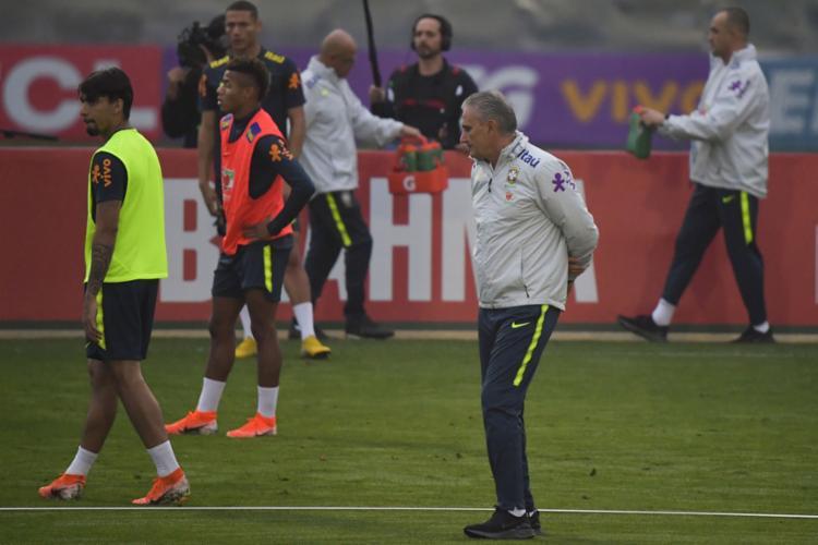 O treinador também ensaiou jogadas de bola parada defensiva - Foto: Luis Acosta l AFP