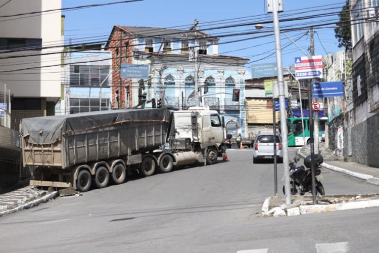 Caminhão estava carregado e não conseguiu subir a ladeira - Foto: Uendel Galter I Ag. A TARDE