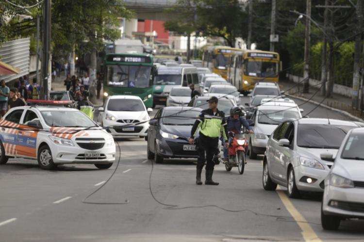 Agentes da Transalvador está auxiliando os motoristas - Foto: Joá Souza | Ag. A TARDE