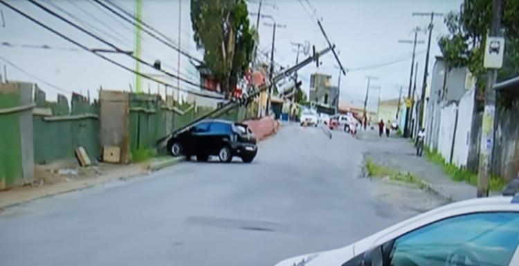 Poste foi derrubado com o impacto e ficou preso apenas à fiação - Foto: Reprodução I Rede Bahia