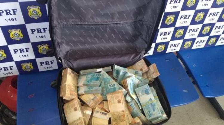 Dinheiro estava escondido no porta-malas do carro - Foto: Divulgação I PRF