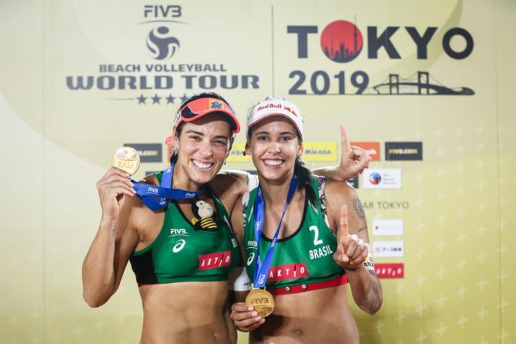 Dupla ganhou medalha de ouro na etapa quatro estrelas de Tóquio do Circuito Mundial - Foto: Divulgação I FIVB